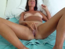 Mature wife making her self cum on the bed